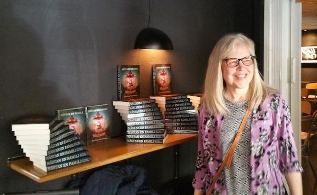 Eva-Lena med boken Nästan en familj