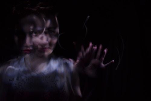 Kvinna i mörker