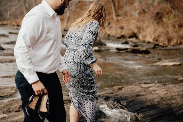 Kvinna och man vid vattendrag