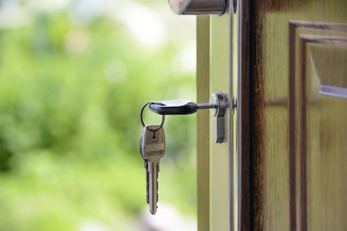 Nycklar i dörrlås